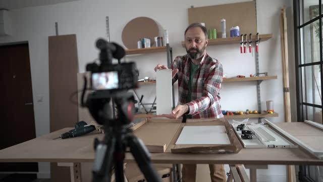 vídeos y material grabado en eventos de stock de hombre maduro grabando video para su vlog en casa - procedimiento