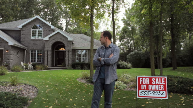 ws mature man standing in front of house with for sale sign / neenah, wisconsin, usa   - weitwinkelaufnahme stock-videos und b-roll-filmmaterial