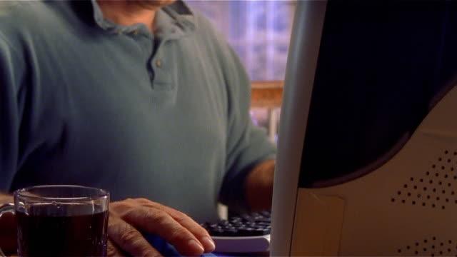 stockvideo's en b-roll-footage met mature man using computer in home - flexplekken