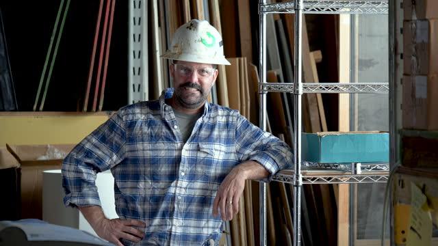 reifer mann, der im lager arbeitet - kopfbedeckung stock-videos und b-roll-filmmaterial