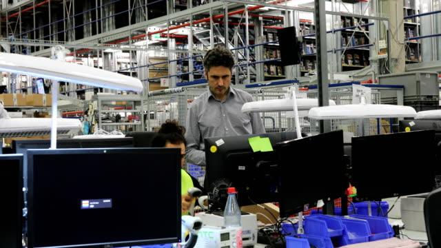 vídeos de stock e filmes b-roll de mature manager discussing with worker at desk - secretária mobília