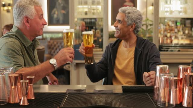 成熟した男性のバーでリラックス - bar点の映像素材/bロール