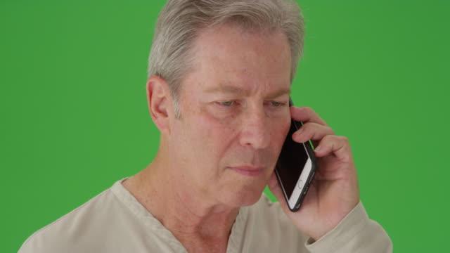 stockvideo's en b-roll-footage met mature mid aged man talking on a phone - natuurlijk haar