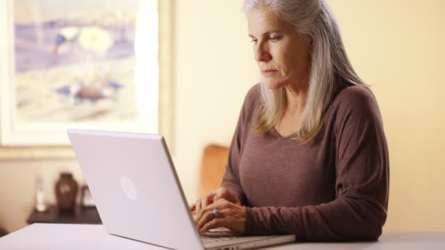 vídeos de stock e filmes b-roll de mature senior woman drinking white wine with a friend - idoso na internet