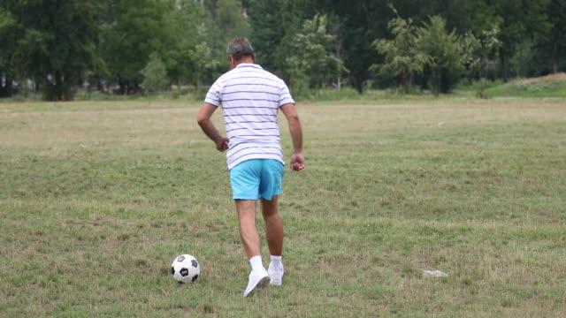 Reife Fußballspieler in Aktion