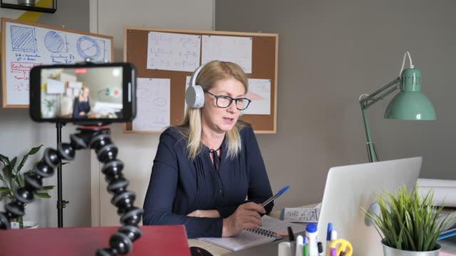 vídeos de stock e filmes b-roll de mature vlogger in online streaming video - workshop