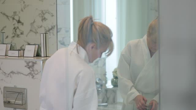 vidéos et rushes de femme mûre son maquillage - 50 54 ans