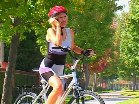 mature woman biking - nur frauen über 40 stock-videos und b-roll-filmmaterial