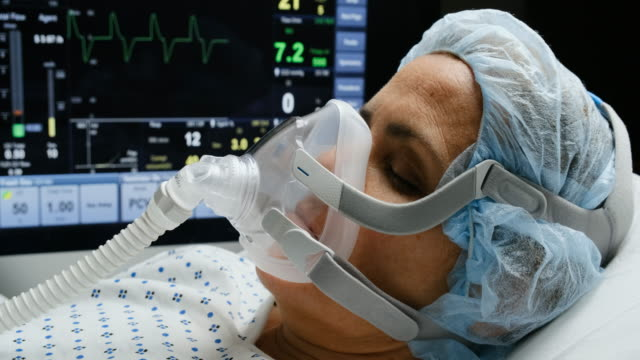 人工呼吸器マスクに接続された成熟した女性 - レスピレーターマスク点の映像素材/bロール
