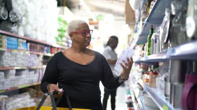 卸売で製品を選択する成熟した女性の顧客 - メガストア点の映像素材/bロール