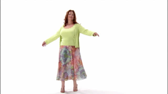 vídeos de stock, filmes e b-roll de ws, mature woman dancing in studio - cardigan blusa