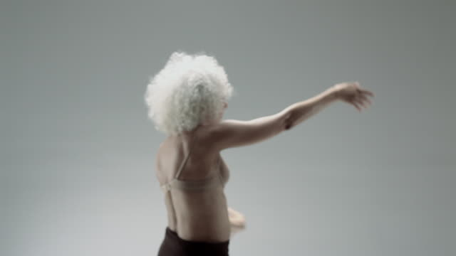 stockvideo's en b-roll-footage met mature woman dancing - 55 59 jaar