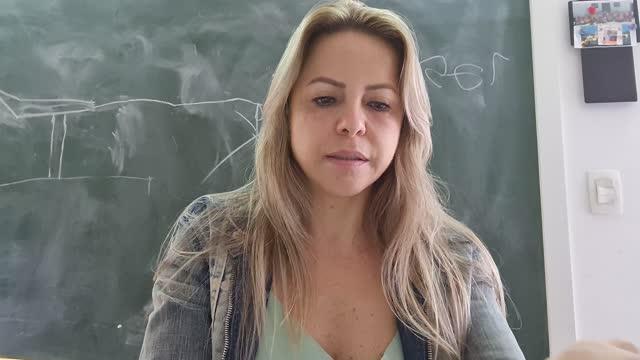 reife frau macht einen videoanruf zu hause - webcam-sicht - one mature woman only stock-videos und b-roll-filmmaterial