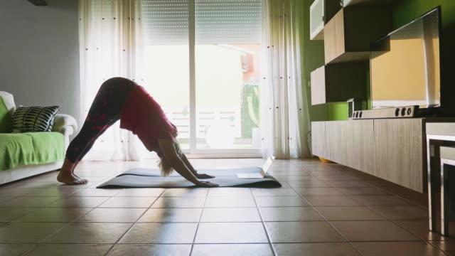 gammal kvinna gör kroppsbalans under nedstängningen - 50 54 år bildbanksvideor och videomaterial från bakom kulisserna
