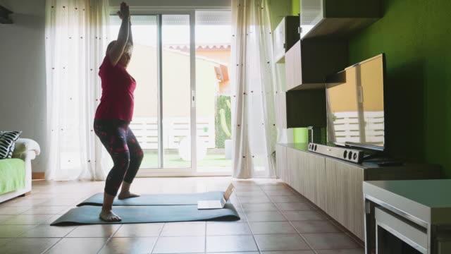 gammal kvinna gör yoga under nedstängningen - 50 54 år bildbanksvideor och videomaterial från bakom kulisserna