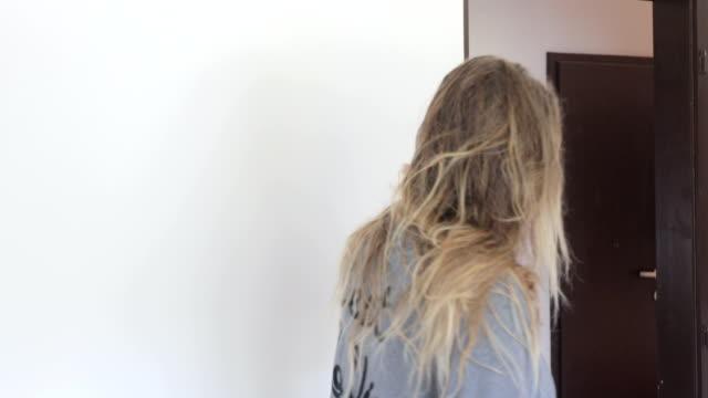 Reife Frau, Trocknen ihre Haare am Morgen