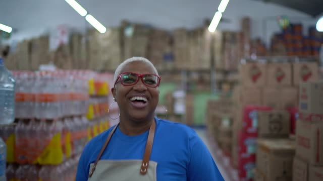 vídeos de stock e filmes b-roll de mature woman employee dancing at wholesale - brazilian ethnicity