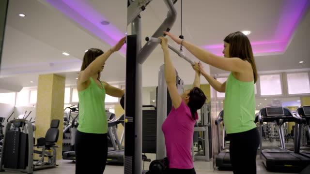 mature woman have workout on lat machine - durevolezza video stock e b–roll