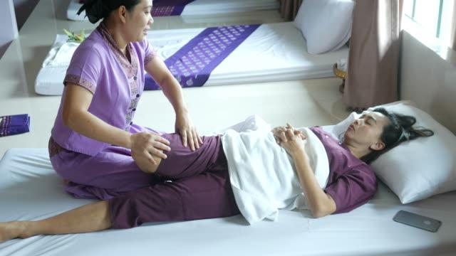 mogen kvinna med avkopplande thailändsk massage - lymfsystem bildbanksvideor och videomaterial från bakom kulisserna