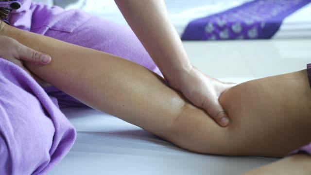 vídeos y material grabado en eventos de stock de mujer madura teniendo relajante con masaje tailandés - cuidado de personas de la tercera edad