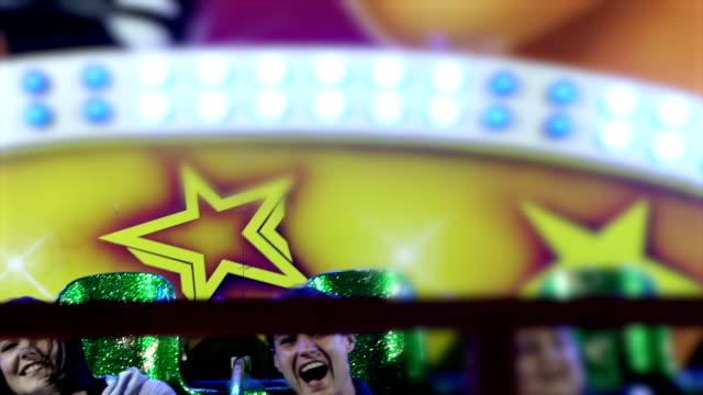 reife frau im vergnügungspark schreiend und lachend - erwachsene person stock-videos und b-roll-filmmaterial