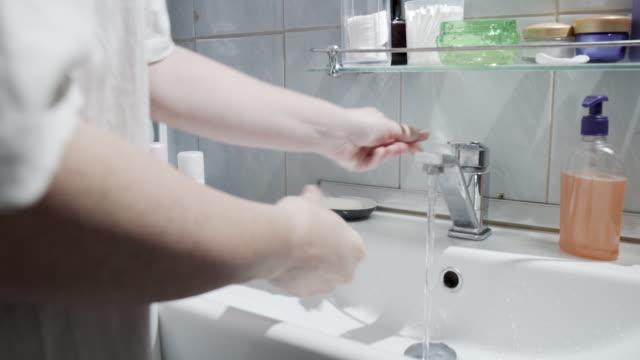 vídeos de stock e filmes b-roll de a mature woman is doing her morning bath grooming - casa de banho
