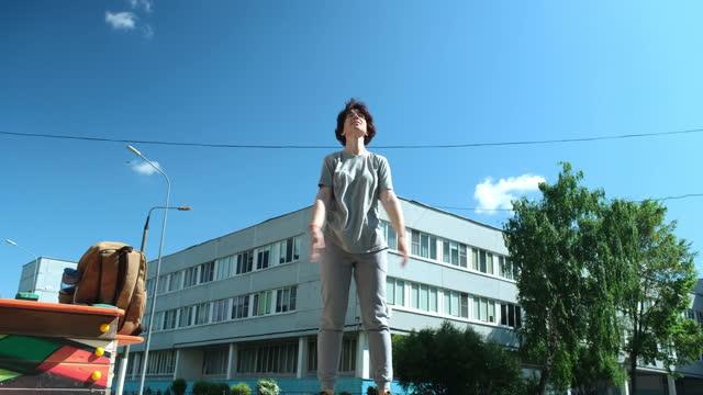 vídeos de stock, filmes e b-roll de mulher madura está se exercitando em playground perto de sua casa - só uma mulher madura