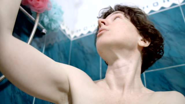 stockvideo's en b-roll-footage met een rijpe vrouw neemt een douche - one mature woman only