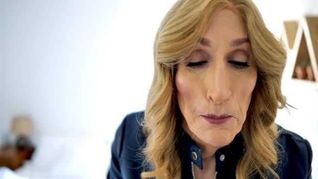reife frau lifestyle-konzepte: blick auf die kamera und make-up auf - lippenstift stock-videos und b-roll-filmmaterial