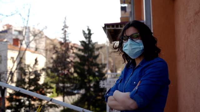 reife frau auf balkon bei corona-virus pandemie-sad und einsamkeit - frauen über 40 stock-videos und b-roll-filmmaterial