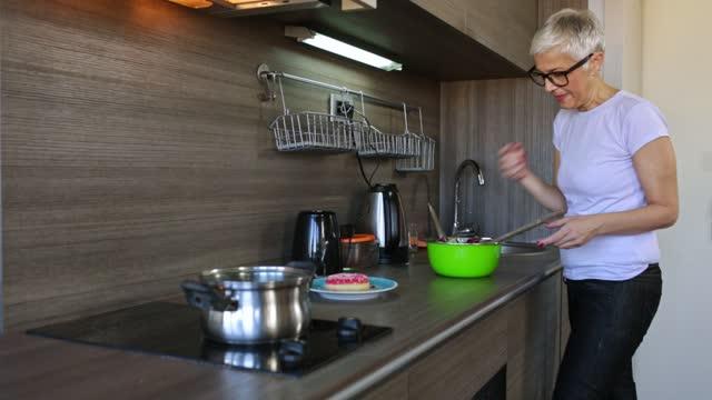 vídeos de stock, filmes e b-roll de mulher madura abrindo geladeira - só uma mulher madura