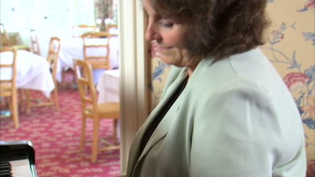 vídeos de stock, filmes e b-roll de ms ds td mature woman playing piano / salt lake city, utah, usa - só mulheres maduras