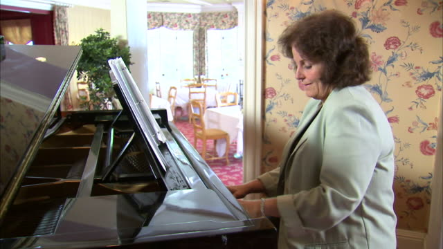 ms ds mature woman playing piano / salt lake city, utah, usa - einzelne frau über 40 stock-videos und b-roll-filmmaterial