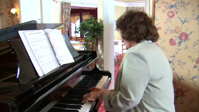ms mature woman playing piano / salt lake city, utah, usa - einzelne frau über 40 stock-videos und b-roll-filmmaterial