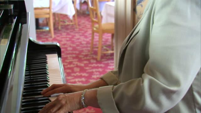 cu ds tu mature woman playing piano / salt lake city, utah, usa - einzelne frau über 40 stock-videos und b-roll-filmmaterial