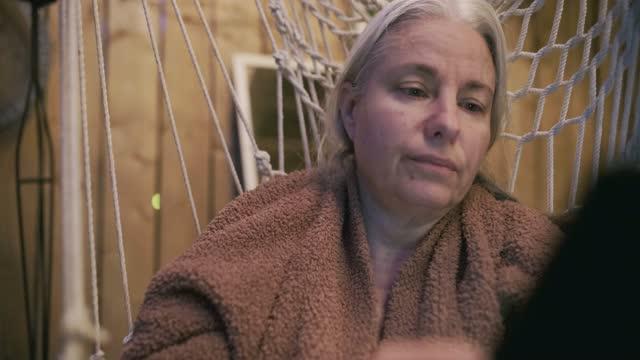 vídeos de stock, filmes e b-roll de mulher madura lendo em uma rede - só uma mulher madura