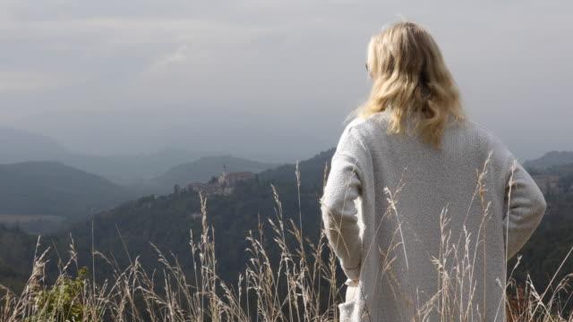 vidéos et rushes de la femme mûre détend dans le pré herbeux de montagne - quinquagénaire