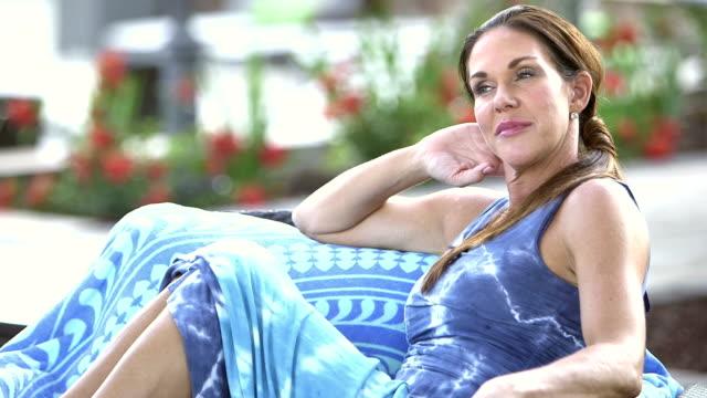 Reife Frau entspannend auf Terrasse