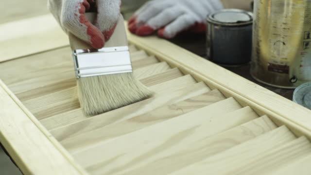 stockvideo's en b-roll-footage met rijpe vrouw renoveren oude meubels - hout
