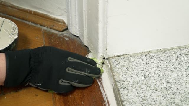 成熟した女性のアパートの床の修理 - 調理用へら類点の映像素材/bロール