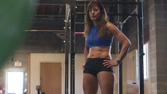 mature woman resting between exercise at gym - sich verschönern stock-videos und b-roll-filmmaterial