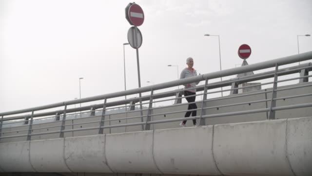 vidéos et rushes de femme mature qui court la ville - serbie