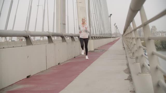 Reife Frau die Stadt laufen