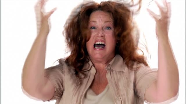 vidéos et rushes de cu, mature woman screaming standing in studio, portrait - crier