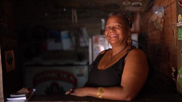 stockvideo's en b-roll-footage met rijpe vrouw staande in haar bar counter - pardo brazilian