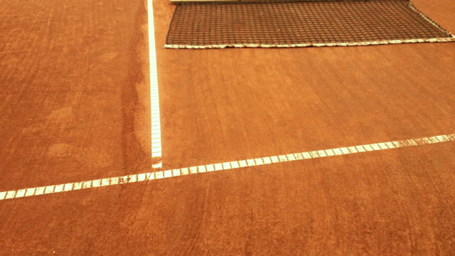 成熟女性掃除テニスコート - 準備点の映像素材/bロール