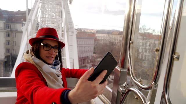 vidéos et rushes de la femme mûre prend le selfie des vacances - manteau et blouson d'hiver