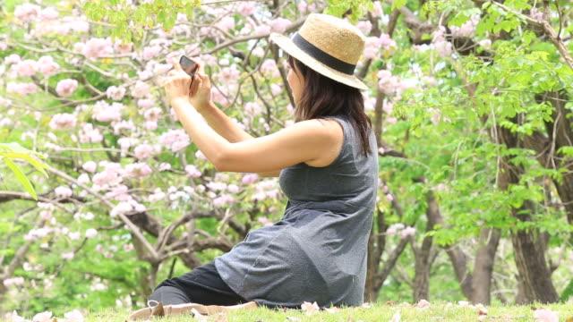 Reife Frau unter Selfie mit Smartphone