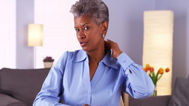 vídeos y material grabado en eventos de stock de mature woman talking to camera about pain in neck - cuello humano