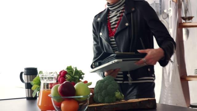 vídeos y material grabado en eventos de stock de mujer madura descargando verduras frescas que consiguió cuando fue de compras - bolsa reutilizable